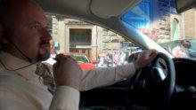 Инструктор в автомобиле сопровождения