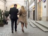 Прогулка под руку с незнакомцем дает возможность прорекламировать себя